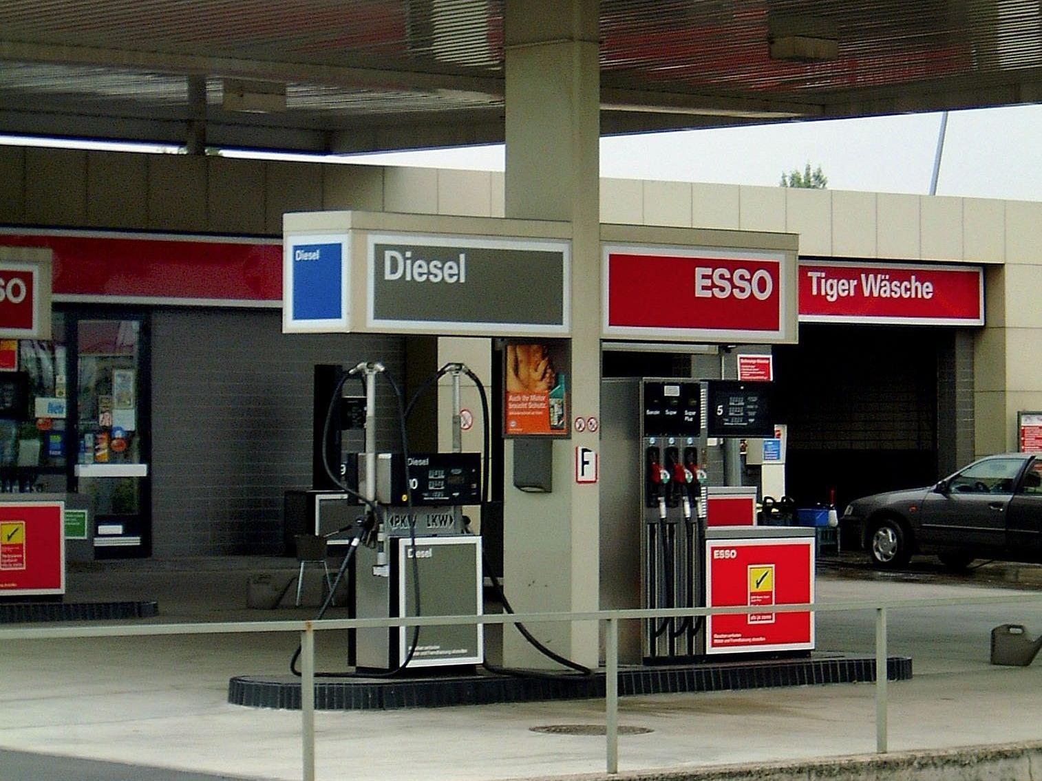 Die Angestellten der Tankstelle wurden mit einer Waffe bedroht.