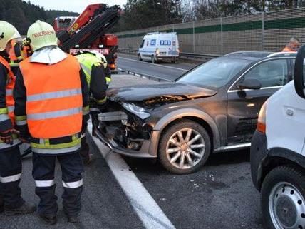 Der Verkehrsunfall zog einen langen Stau nach sich.