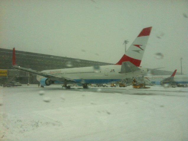 Auch am Flughafen Wien-Schwechat kommt es wegen starken Schneefällen zu Verzögerungen.