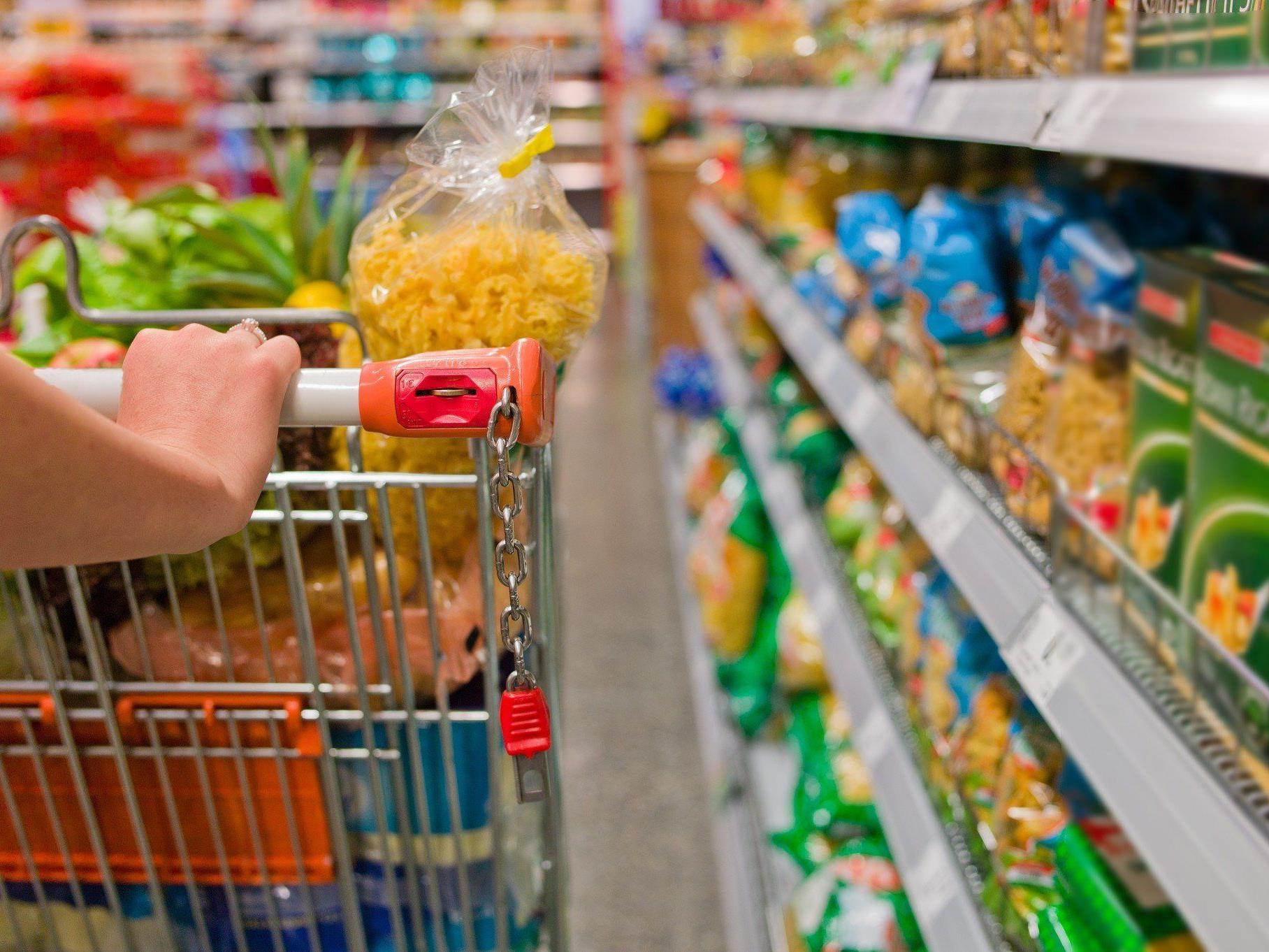 Den Rumänen wird gewerbsmäßiger Diebstahl von Lebensmitteln vorgeworfen.