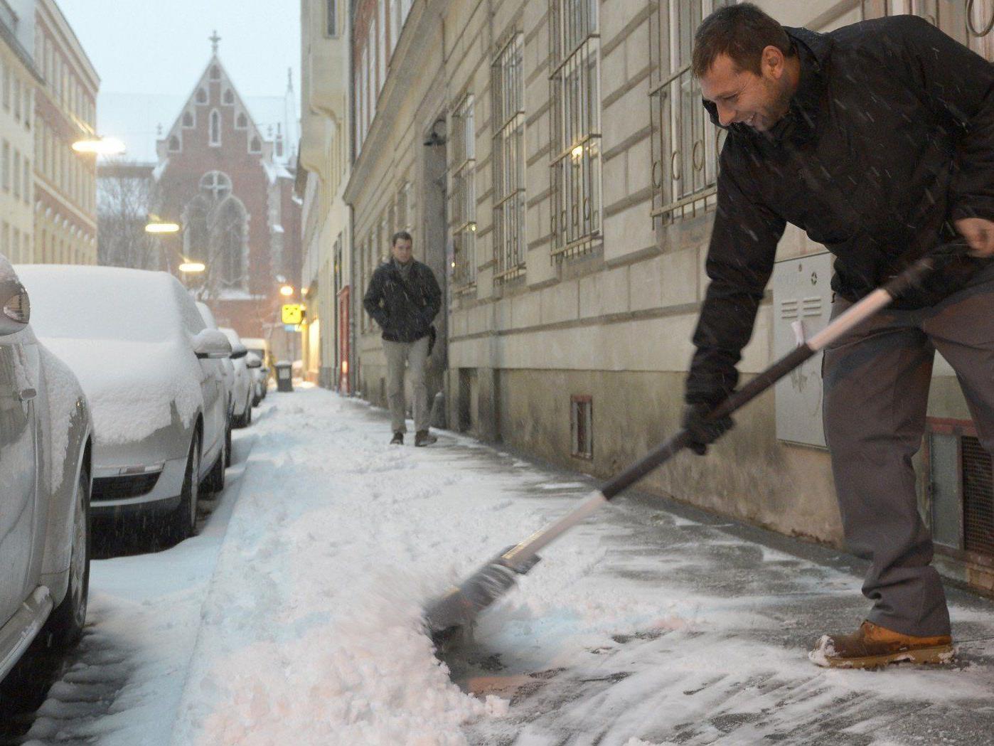 Hauseigentümer sind zur Räumung des Gehsteiges bei Schneefall verpflichtet.