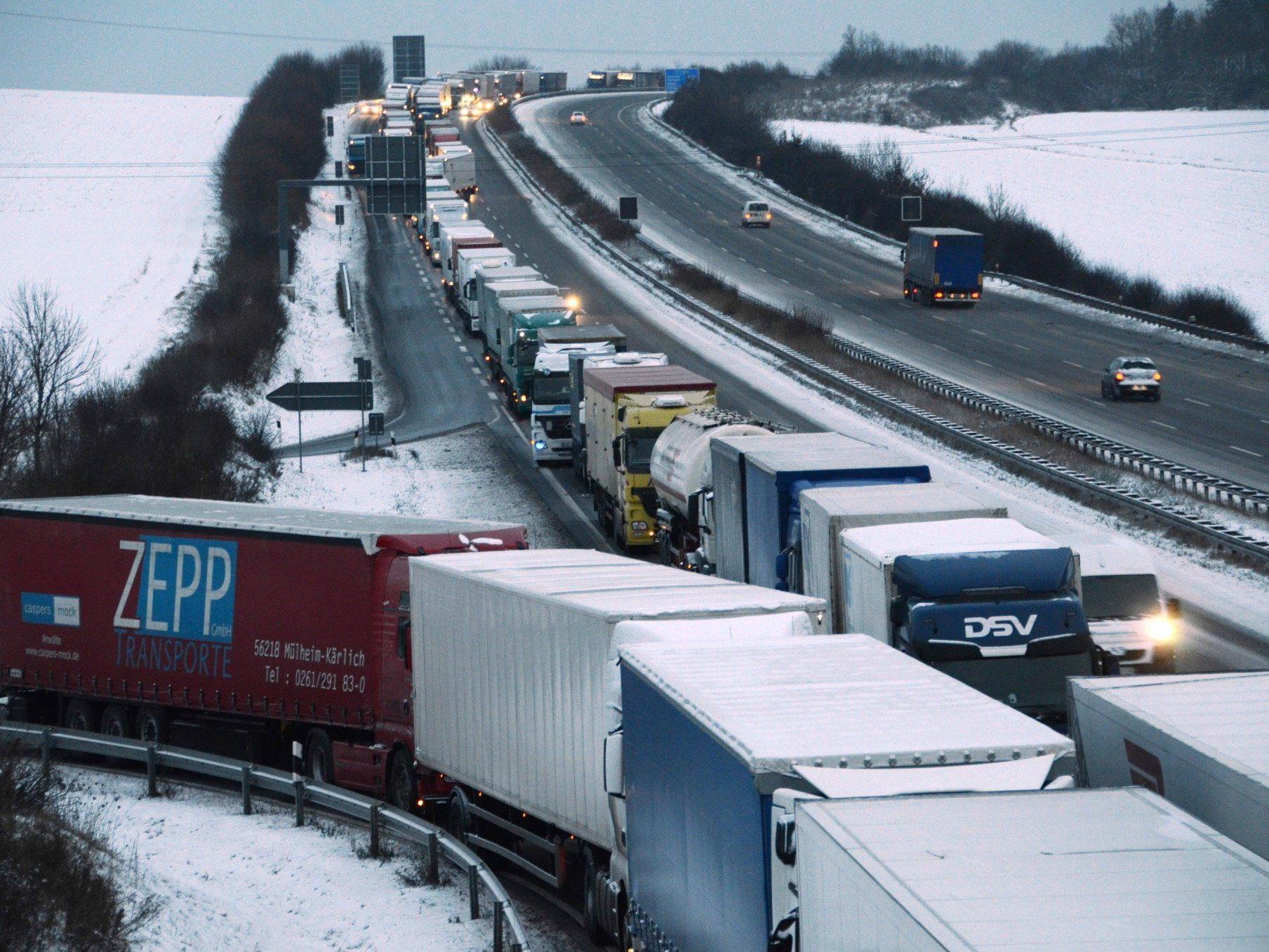 Winterwetter - 15 Kilometer Stau auf A4 vor Grenze zu Ungarn