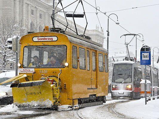 Die Öffis in Wien sind durch den Schnee beeinträchtigt - in Hietzing entgleiste sogar eine Straßenbahn