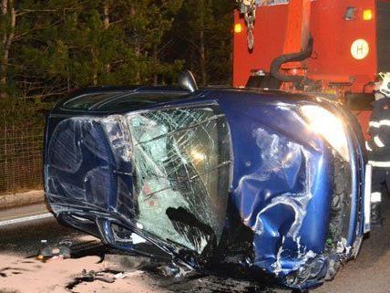 Niederösterreich: Fahrzeug auf der B17 überschlagen!