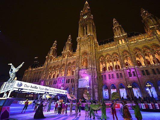 Artisten bei der Eröffnung vom Wiener Eistraum 2013 am Donnerstag
