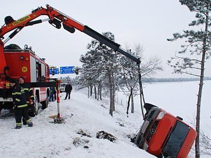 Ein Kleinbus musste im Bezirk Wiener Neustadt aus dem Graben geborgen werden