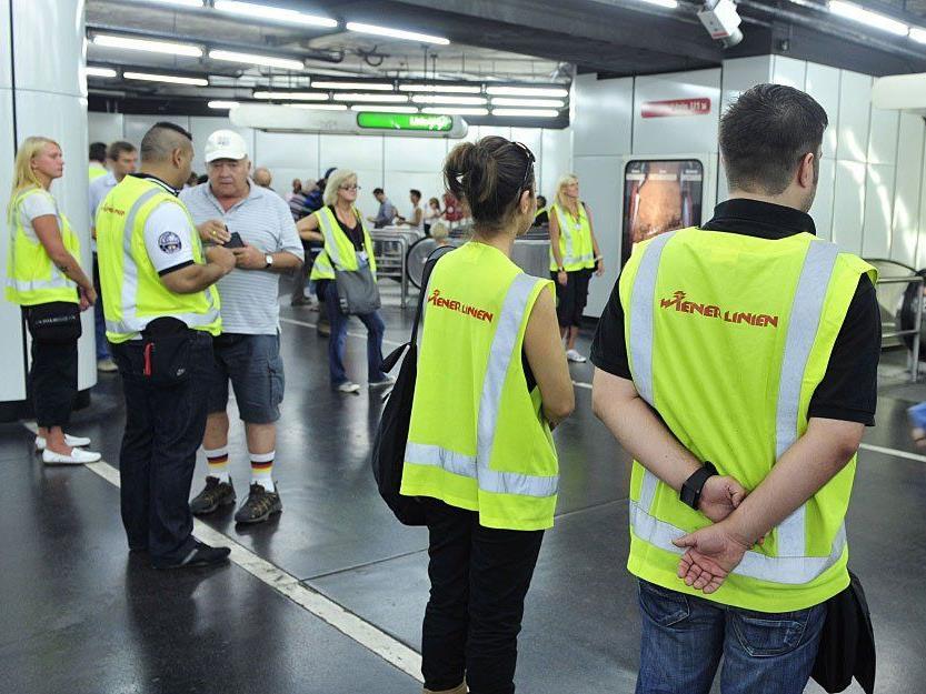 Bei einer Fahrschein-Kontrolle im U-Bahn-Bereich wird auf Schwarzfahrer gewartet