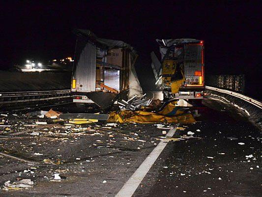 Scherben und Trümmer bei Lkw-Unfall auf der A 21