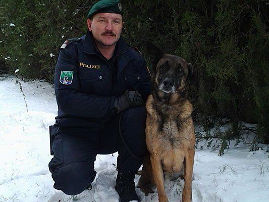 Josef Kohzina und der Polizeihund Apollo, der im Bezirk Gänserndorf die Räuber fand