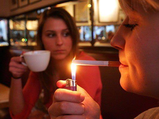 Bisher waren Raucher und Nichtraucher-Bereiche getrennt - gibt es bald ein absolutes Rauchverbot