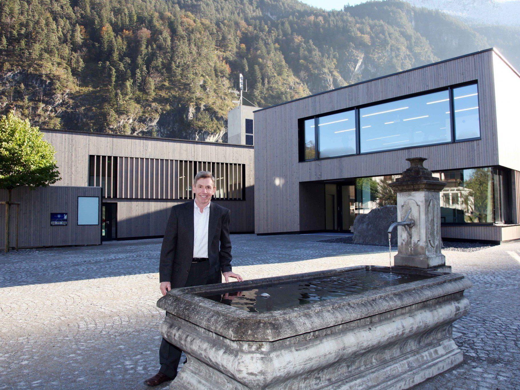 """Bgm. Lothar Ladner freut sich über die Auszeichnung seines Gemeindezentrums durch """"klima:aktiv""""."""