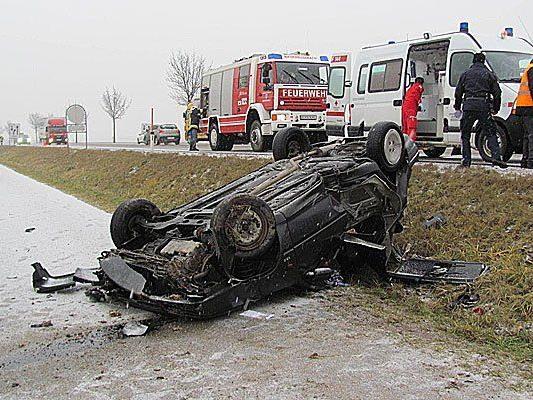 Der Unfallwagen überschlug sich von der B4