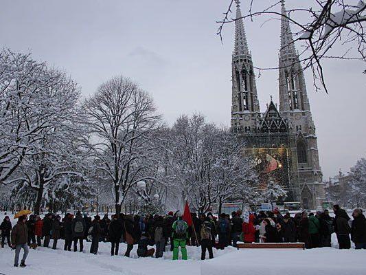 Einmal mehr gab es eine Demo für die Flüchtlinge in der Votivkirche
