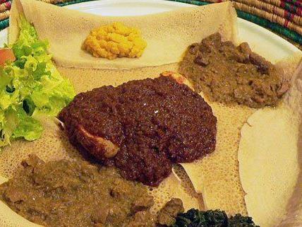 Äthiopisches Essen -wie hier Injera und Wot- wird auch in Wiener Restaurants angeboten.