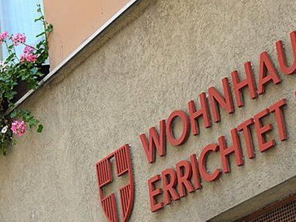 In einem Wiener Gemeindebau verletzte sich ein Randalierer.