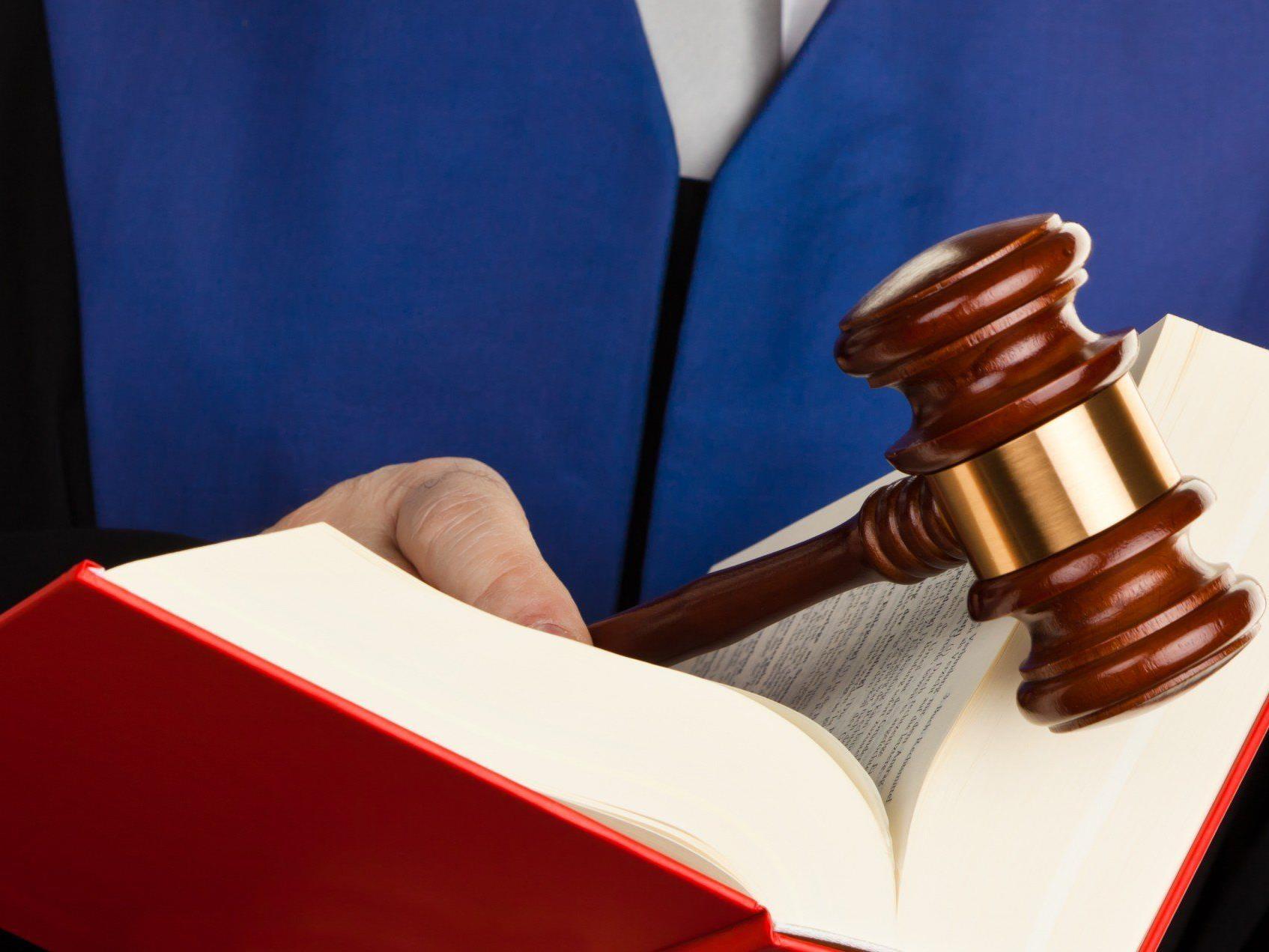 Dem Angeklagten drohen bis zu 15 Jahre Haft.