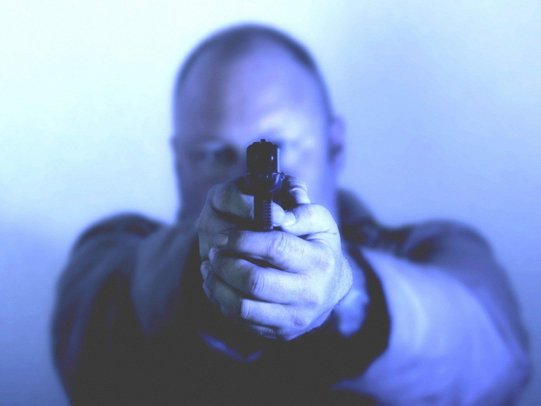 Der Räuber bedrohte den Trafikanten mit einer Faustfeuerwaffe.