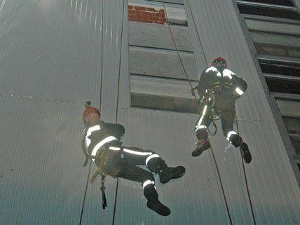 Feuerwehrmänner sicherten das Dach eines Möbelhauses in Vösendorf.