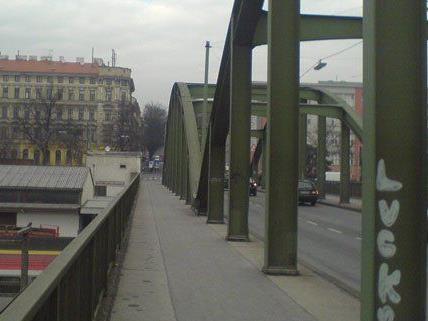 Nach einem Verkehrsunfall muss ein Stahlträger der Schmelzbrücke ausgewechselt werden.