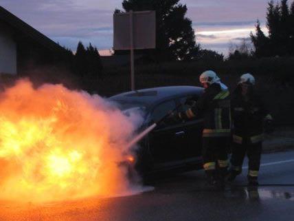 Während der Fahrt geriet am Donnerstag ein Pkw in Strasshof in Brand.
