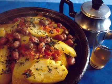 Schmorgerichte werden in einem traditionellen Kochgeschirr zubereitet.
