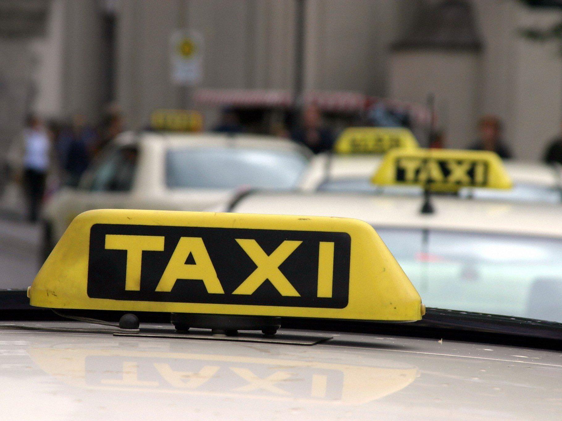 Nach einer weiteren verbalen Auseinandersetzung kam es dann zu einer Rauferei zwischen dem Taxifahrer und dem Fahrgast, bei der sich beide Männer durch Faustschläge Verletzungen zufügten.