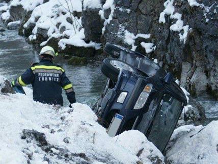 Ein Lenker stürzte mit seinem Fahrzeug in den Türnitzbach.