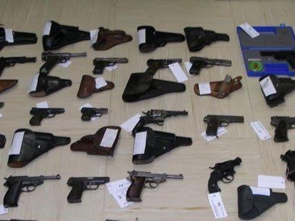 Zahlreiche Waffen und Munition wurden in St. Pölten sichergestellt.