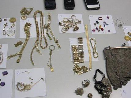Die Polizei sucht nun nach den rechtmäßigen Besitzern dieser Gegenstände.