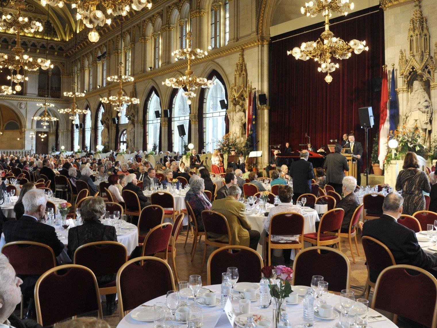976 Ehepaare, die ihr Goldenes, Diamantenes oder späteres Hochzeitsjubiläum feiern, wurden von Bürgermeister Michael Häupl ins Wiener Rathaus eingeladen
