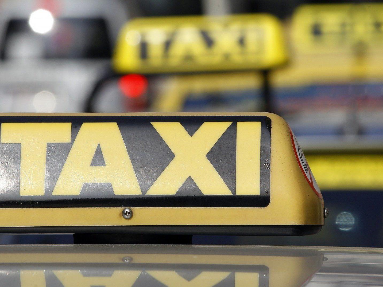 Ein Taxifahrgast randalierte in Wien-Penzing und wurde erst durch den Einsatz von Pfefferspray gestoppt.