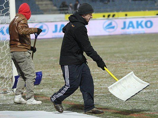 Zwei Fußball-Spielen droht wegen Schnee eine Absage