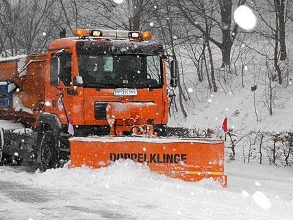 Bei den derzeitigen Schneefällen wird wieder auf Hochtouren geräumt