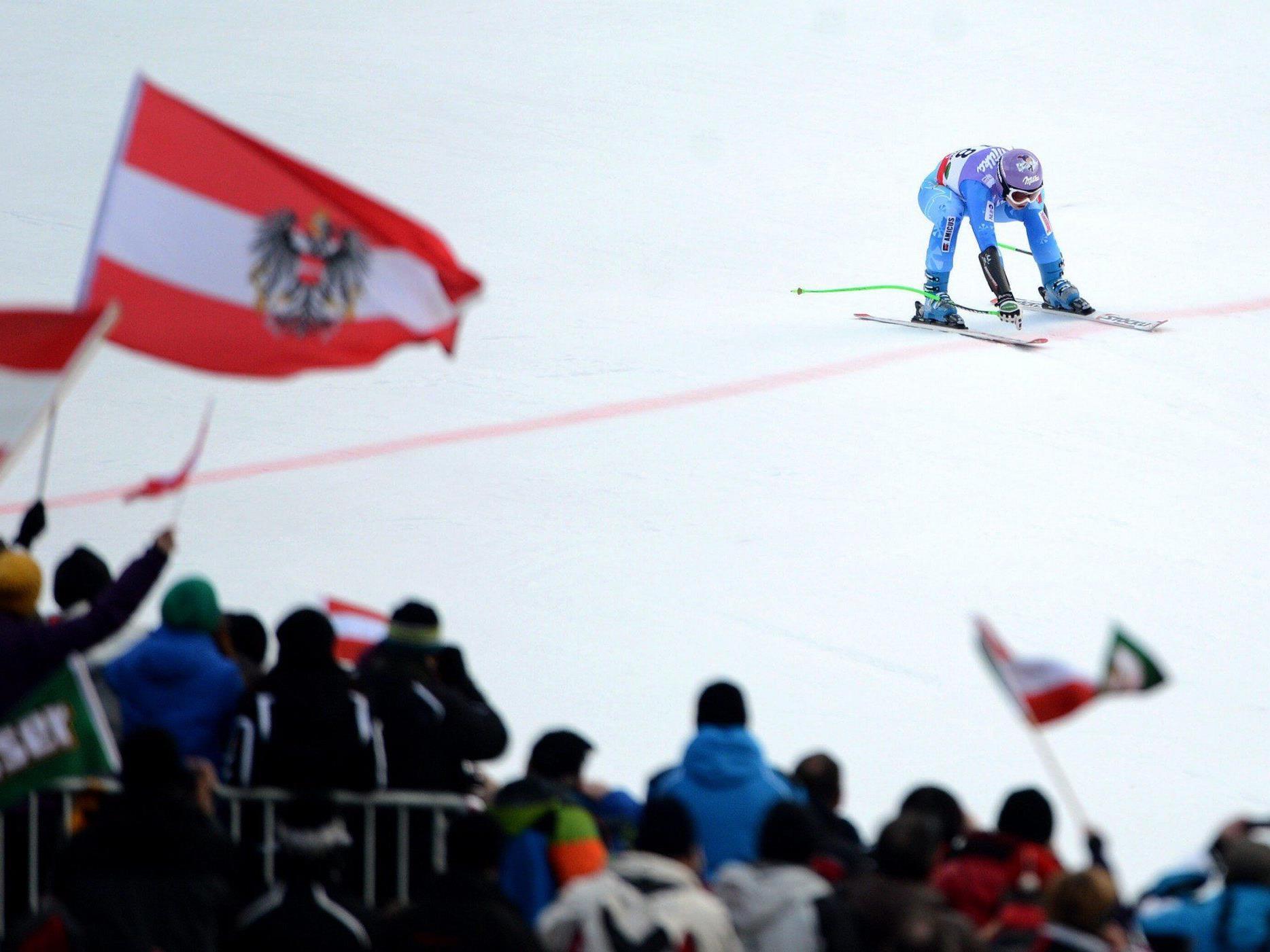 Tina Maze kommt mit Gold-Zeit ins Ziel des WM-Super-G in Schladming.