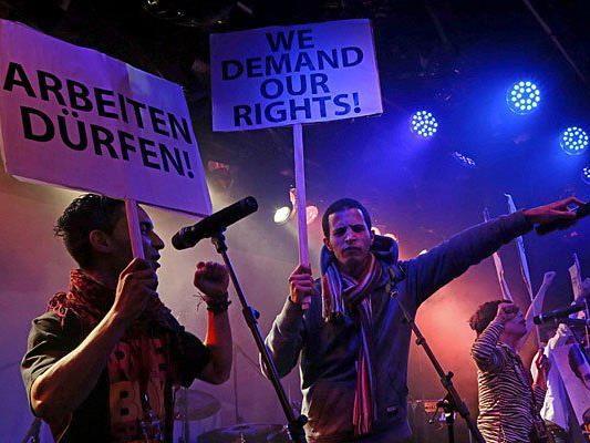 """Flüchtlinge des """"Vienna Refugee Camp"""" im Rahmen ihres Auftrittes beim Protestsongcontest"""