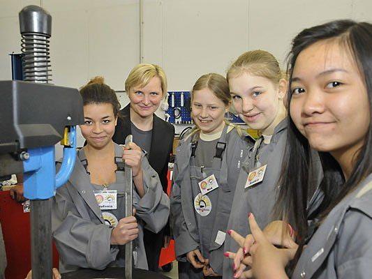 Stadträtin Sandra Frauenberger besuchte im letzten Jahr die Töchtertag-Teilnehmerinnen bei Wien Kanal