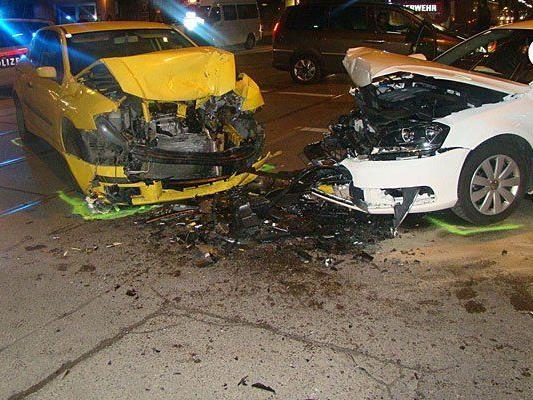 Die beiden Unfallwagen nach dem Zusammenstoß in Favoriten