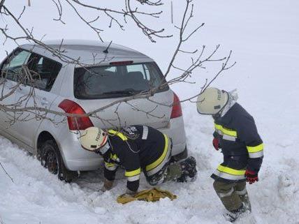 Ein Pkw landete beim Schneetreiben im Graben.