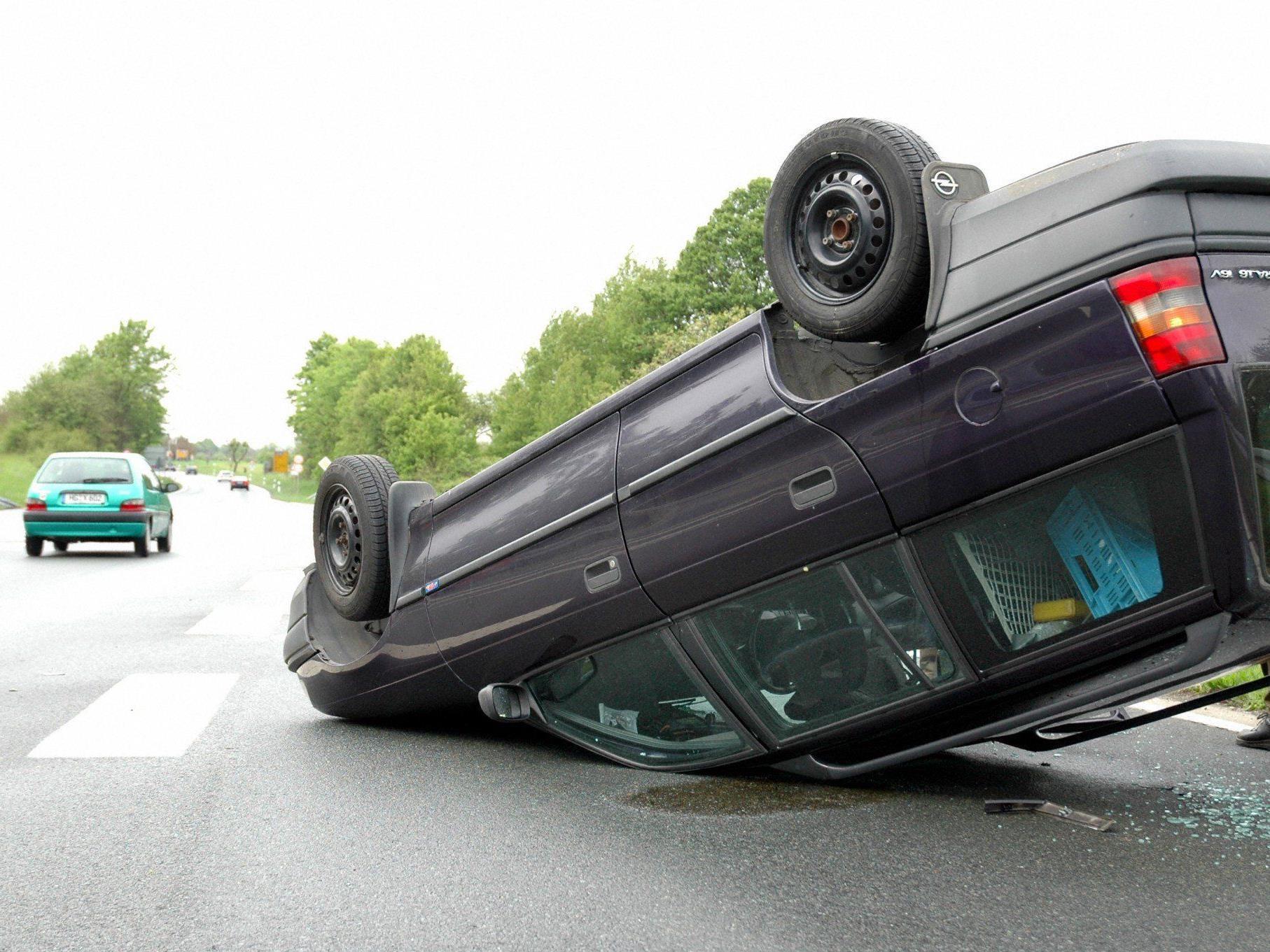 Die beiden Autoinsassen wurden bei dem Crash verletzt.