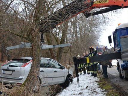 In Krumbach stürzte ein Fahrzeug in einen Bach, der Lenker wurde verletzt.