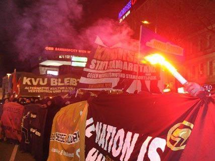 Rund 3.000 Menschen demonstrierten am Freitag gegen den Akademikerball in Wien.