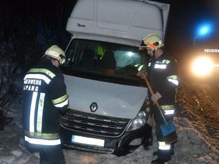 In der Nacht auf Dienstag musste die Feuerwehr einen Klein-Lkw auf der A2 bergen.