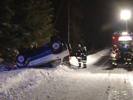 Glücklicherweise wurde der Lenker des Fahrzeugs nur leicht verletzt.