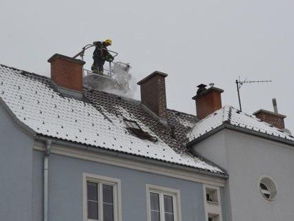 Rasch konnte der Dachstuhlbrand in Wiener Neustadt am Mittwoch gelöscht werden.