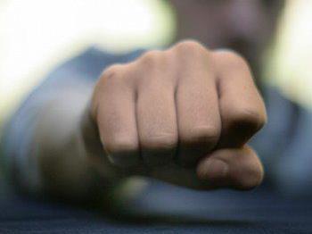 Der 21- Jährige versetzte seinem Kontrahenten einen Faustschlag ins Gesicht und schleuderte diesen anschließend gegen einen Holzschiständer.