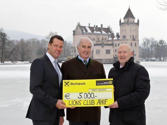 Präsident des Lions Club Anif, Markus Friesacher (links) überreichte Graf Moy (Mitte) den 5.000-Euro-Scheck.