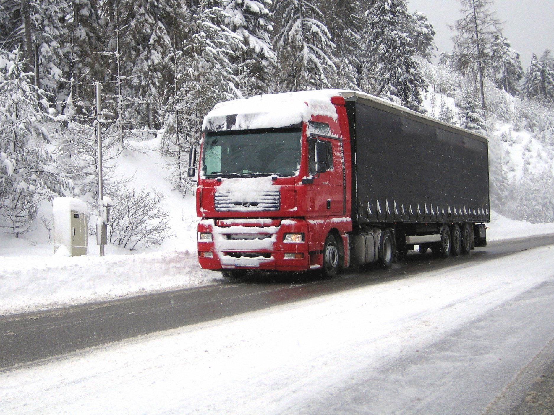 Der tonnenschwere Lkw fuhr mit Sommerreifen auf der Schneefahrbahn.