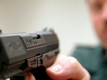 Unbekannte raubten einen Supermarkt in Ottakring aus und bedrohten Mitarbeiter mit einer Waffe