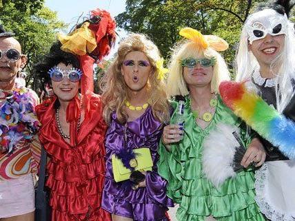 Auf der Regenbogenparade in Wien setzen sich Schwule, Lesben und Transgender-Personen für ihre Rechte ein.