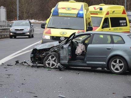 Zwei Personen wurden bei dem Unfall auf der A2 am Montag verletzt.